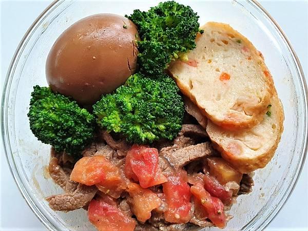 今日午餐:雞捲、滷蛋、青花菜、蕃茄炒牛肉,2021.04.28
