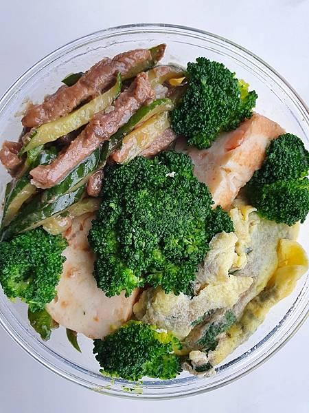 今日午餐:雞捲、青花菜、小黃瓜炒牛肉、九層塔炒蛋,2021.04.29