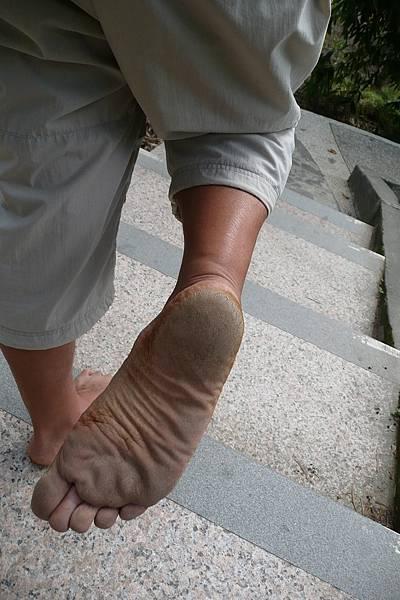 赤腳走路是需要練習的 有練習就不會痛不會受傷