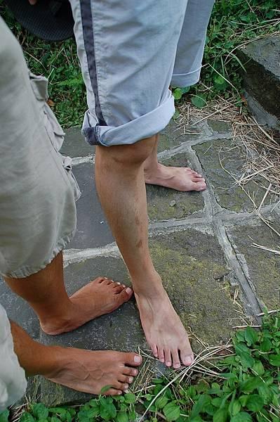 一個人赤腳走路會害羞嗎?那就找人陪你一起吧~