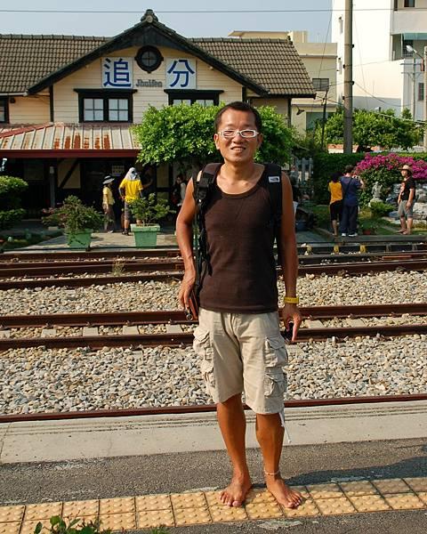 赤腳斌哥, 日南車站