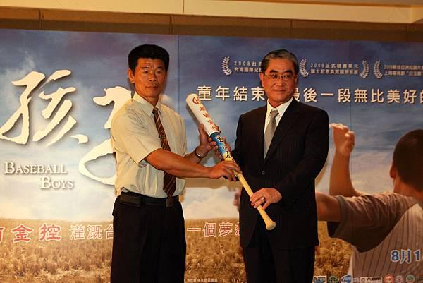 華南金控董事長林明成(右)捐贈球具給拍攝《野球孩子》的花蓮縣富源國小少棒球隊,左為校長黃信龍。.JPG
