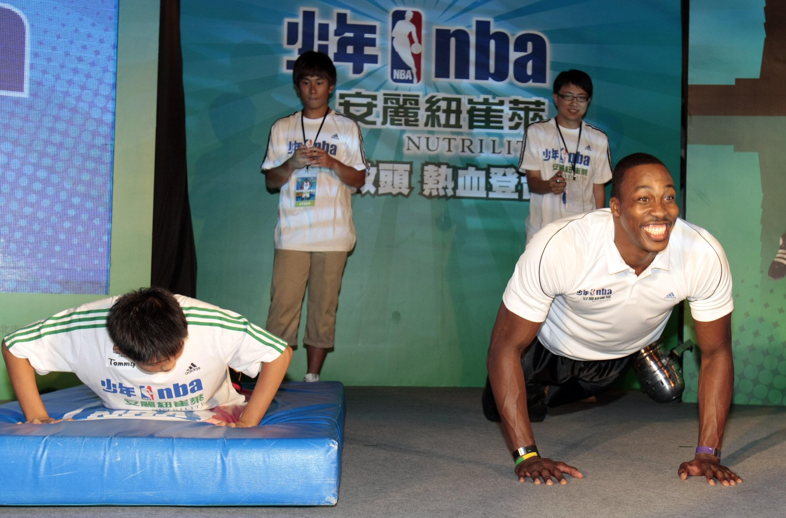 Howard與安麗紐崔萊少年NBA學員互動.JPG