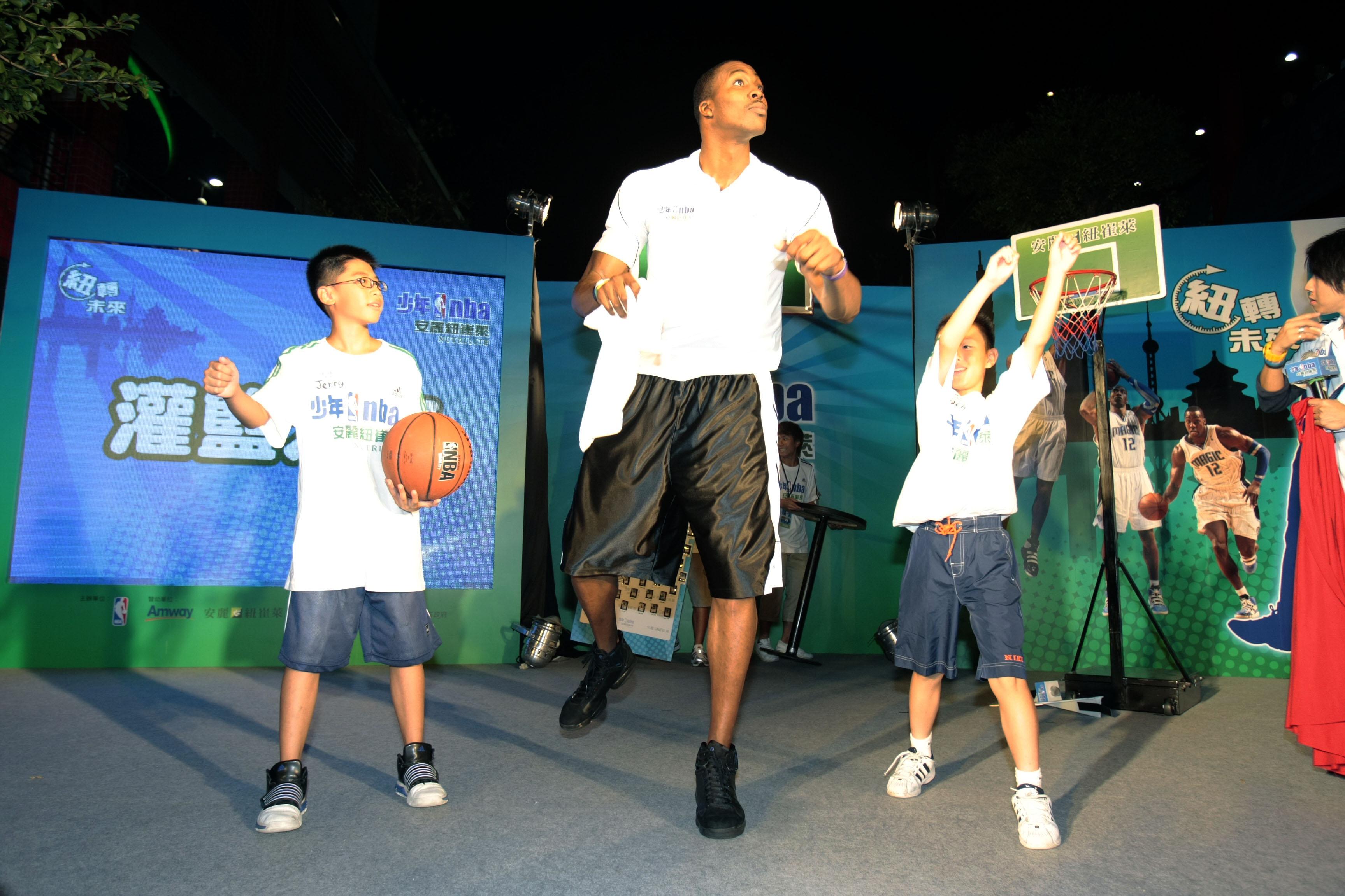 Howard與安麗紐崔萊少年NBA學員互動_1.JPG