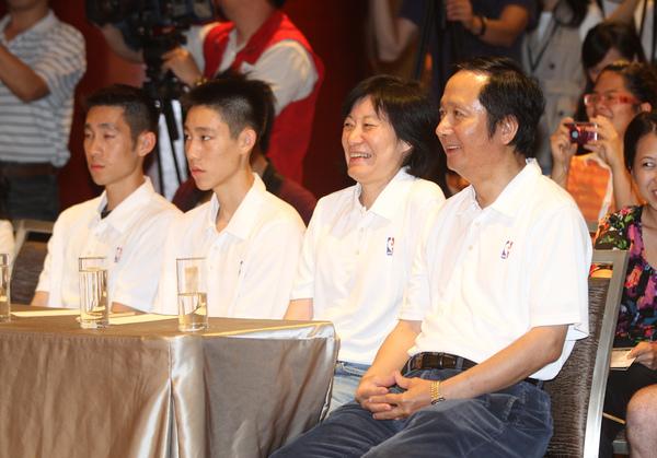 林書豪的家人 父、母、兄、弟 (由右至左).jpg