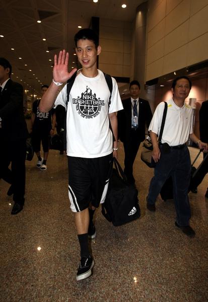 林書豪抵達中正機場親切與媒體打招呼.jpg