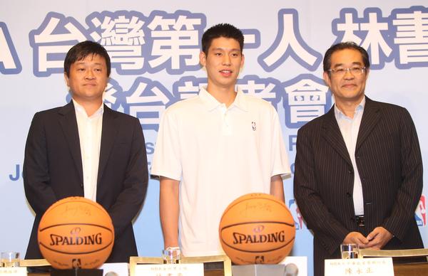林書豪(中)與NBA首席執行長陳永正(右)、NBA台灣總經理管光中(左).jpg