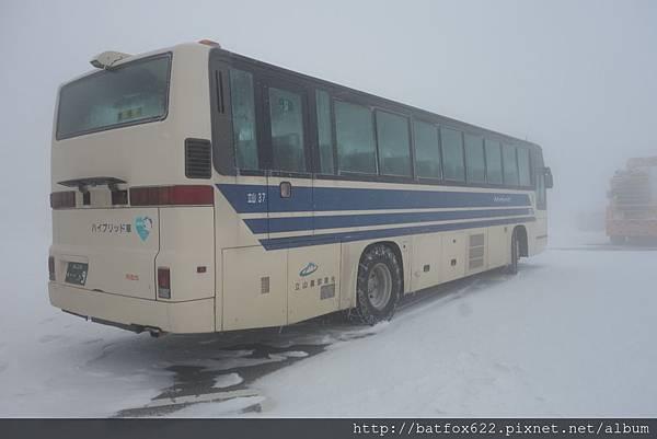 大風雪的高原巴士