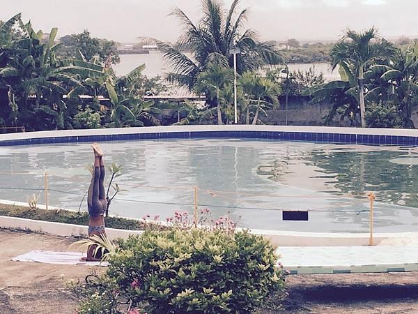 晨起池畔做瑜伽.jpg