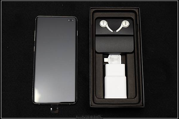 Galaxy S十週年了 , S10+精緻開箱(加上與其它手機比一比外觀) - 6