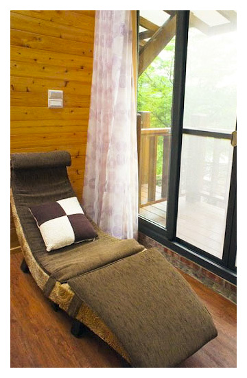 窗邊的躺椅躺起來算舒適.jpg
