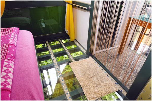 綠光主臥房玻璃地板1.jpg