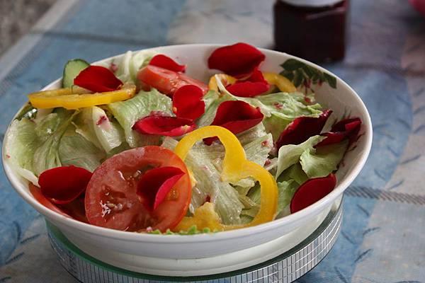 玫瑰花可用來 泡茶  做料理   或加入 冰沙   冰淇淋  蛋糕裡
