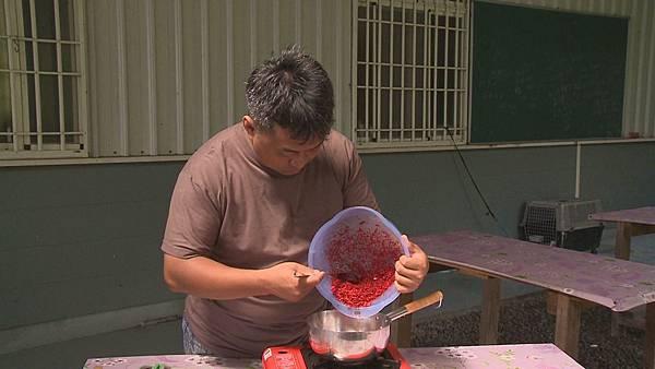 玫瑰花醬的第2步  把剪碎的花瓣倒入正在沸騰的糖水中