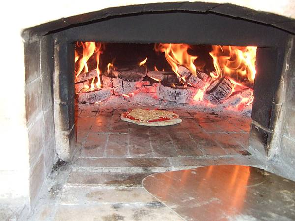 哇  香噴噴的柴燒的窯烤披薩,就快要出爐了。