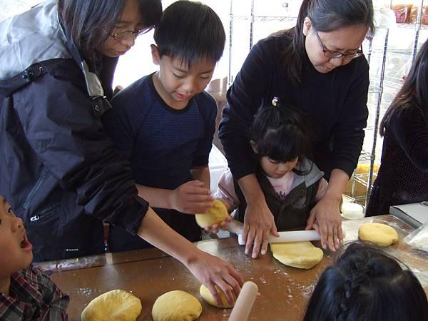 農場主人 張山豐大量採用自家生產的有機食材加入麵包裡,做出別人無法仿冒的獨家品質。