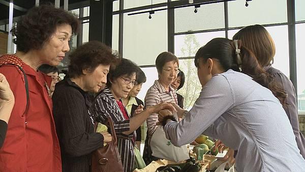 廚藝會館老闆 陳桐彬:我能夠掌控的食材,我可以外賣的部分,我會帶到我的餐裡面。你看那個豆腐乳,他做得真的不錯,那我也是從源頭,他工廠我都有了解。
