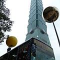 台北景點推薦-信義區幾米大型戶外裝置藝術[ 月亮忘記了-月亮公車]
