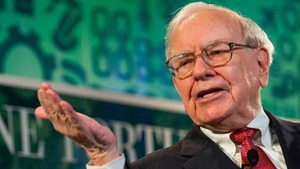 Warren-Buffett-making-a-point-663x373