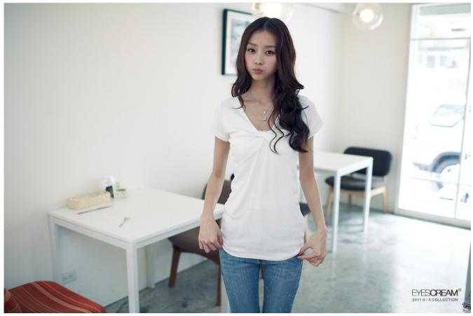 韓版視覺UPUP純色V領胸前扭轉設計棉質短袖上衣.jpg