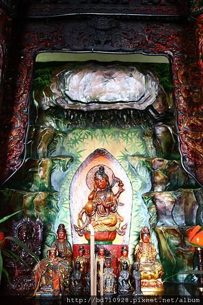 正殿龍邊神龕,奉祀:觀音佛祖