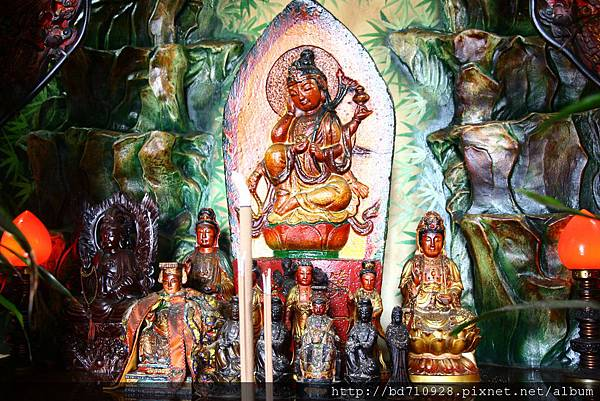 南方澳城隍廟觀音佛祖聖像。中間為宜蘭石佛第1番青岸渡寺.如意輪觀世音聖像。