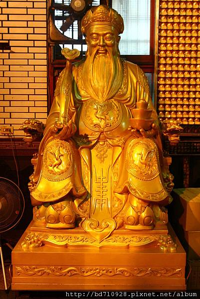正殿虎側的小銅塑土地公像