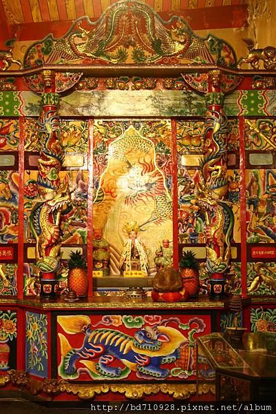 坪頂集應廟正殿龍邊神龕,奉祀:觀音佛祖、神農大帝