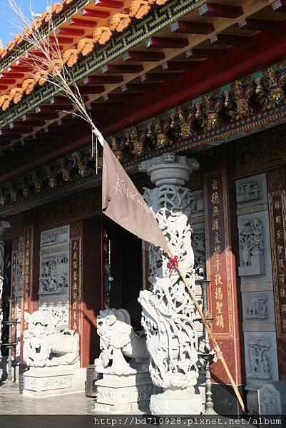 掛於廟前的黑令旗