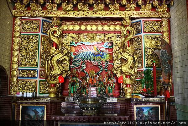 正殿龍邊神龕,奉祀:玉皇上帝、關聖帝君