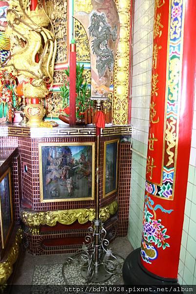 龍側神龕前擺設的青龍偃月刀