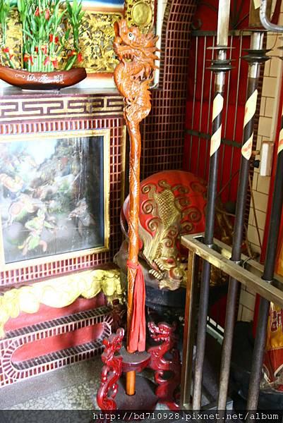 虎側神龕前擺設的龍頭拐杖