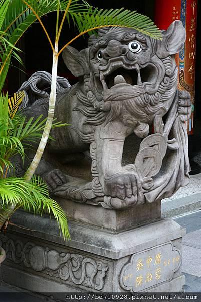 中殿一樓前石獅