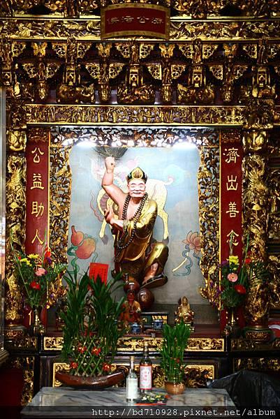中殿二樓虎側,奉祀:濟公菩薩