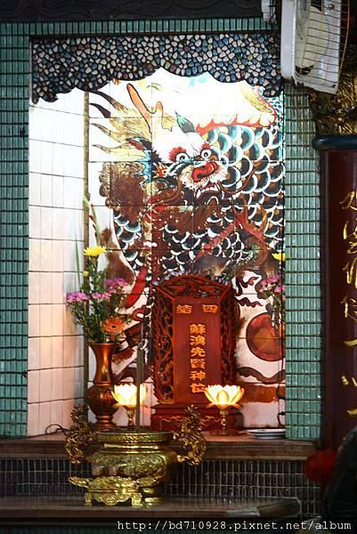 正殿虎邊神龕,奉祀:蘇澳開拓先賢