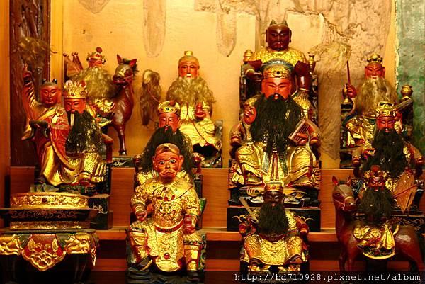 羅東雷雄寺正殿虎邊神龕列位神佛聖像
