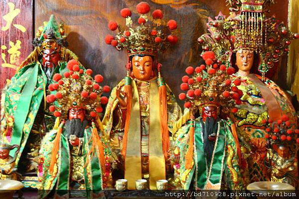 正殿龍側偏殿,奉祀:觀音佛祖、天上聖母、關聖帝君