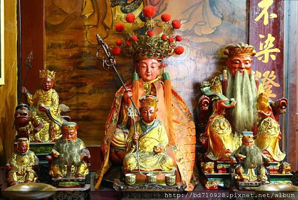 正殿虎側偏殿,奉祀:地藏王菩薩、福德正神