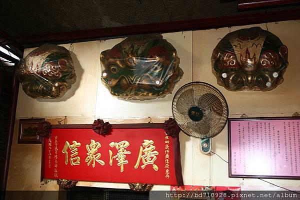 掛於廟前牆上的台灣獅,相當具有歷史的感覺