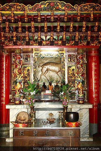 二樓正殿龍邊神龕,奉祀:太上老君、文昌帝君、關聖帝君、孚佑帝君、王天君