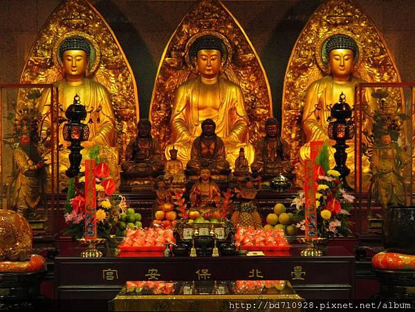 台北大龍峒保安宮大雄寶殿三寶佛、觀世音菩薩聖像