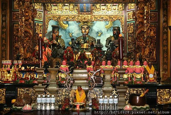 嘉義大天宮正殿,主祀:神農聖帝;同祀:伏羲聖帝、軒轅聖帝
