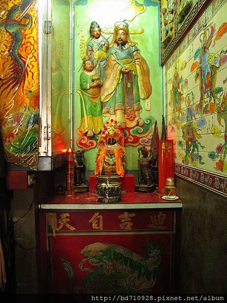 洲美三王宮正殿龍邊神龕,奉祀:瑤池金母