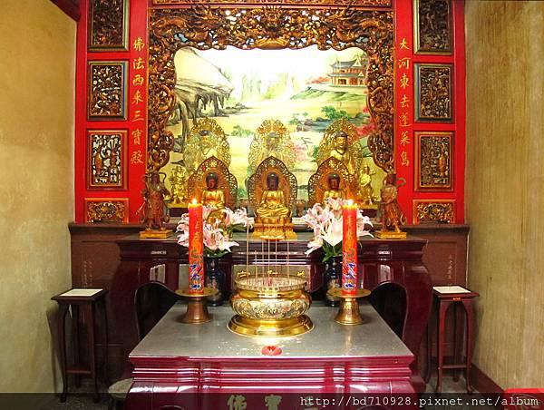 大稻埕慈聖宮虎邊護室「三寶佛殿」,奉祀:三寶佛