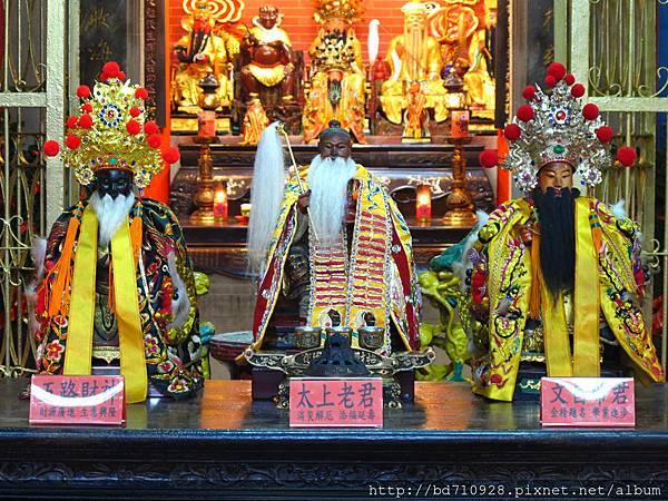 台北大稻埕延平宮廟前神桌,奉祀:太上老君、文昌帝君、五路財神