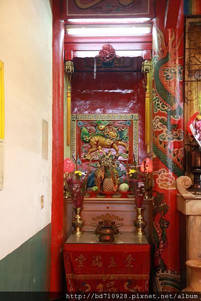 神農宮正殿虎邊神龕,奉祀:福德正神