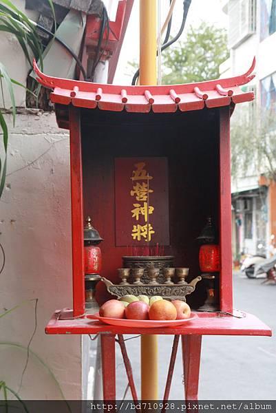 神農宮廟前小神龕,奉祀:五營神將