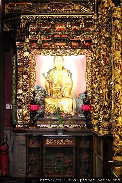 龍山寺正殿龍邊神龕,奉祀:大智文殊菩薩