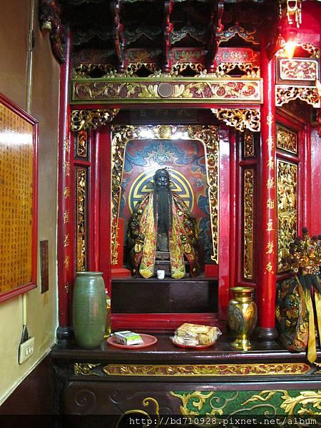 大眾爺廟正殿虎邊神龕,奉祀:武判官