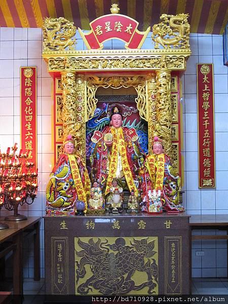 太陽堂正殿虎邊神龕,奉祀:太陰娘娘
